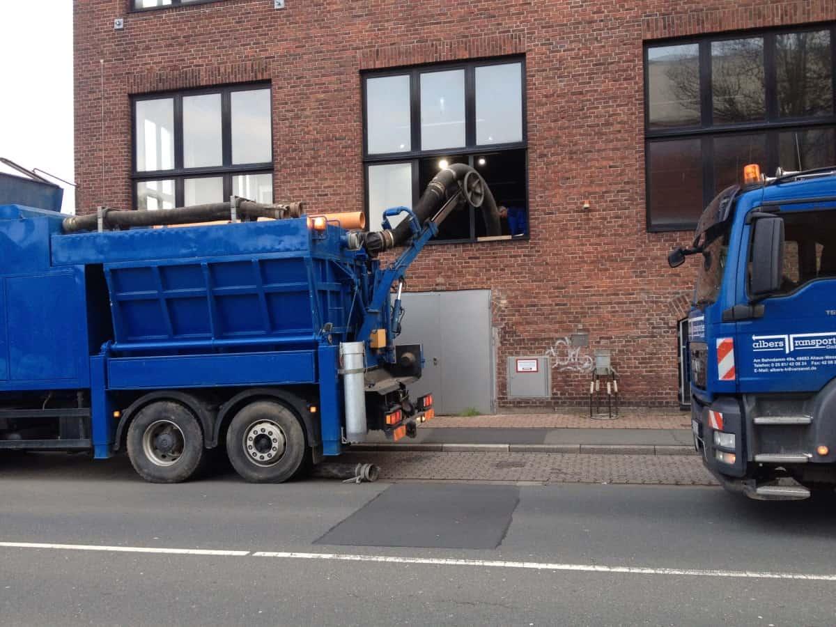 Impressionen von den Fahrzeugen Albers Transporte GmbH + Albers Tiefbau GmbH - Saugabber in Aktion
